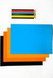 Покрашенный картон и покрашенные карандаши на белой предпосылке Стоковое Фото