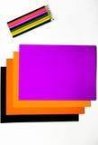 Покрашенный картон и покрашенные карандаши на белой предпосылке Стоковое фото RF