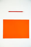 Покрашенный картон и покрашенные карандаши на белой предпосылке Стоковое Изображение