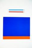 Покрашенный картон и покрашенные карандаши на белой предпосылке Стоковое Изображение RF