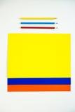 Покрашенный картон и покрашенные карандаши на белой предпосылке Стоковые Фото