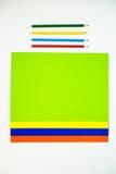 Покрашенный картон и покрашенные карандаши на белой предпосылке Стоковая Фотография