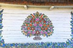 Покрашенный красивый цветочный узор на фасаде старого дома, Zalipie, Польша Стоковая Фотография
