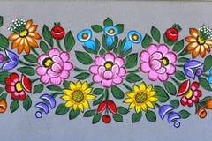 Покрашенный красивый цветочный узор на фасаде старого дома, Zalipie, Польша Стоковые Изображения