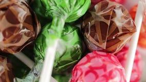 Покрашенный плодоовощ леденцов на палочке сток-видео