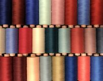 Покрашенный поток для шить в катышках стоковое фото rf