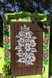 Покрашенный старый деревянный коттедж украшенный с рукой покрасил красочные цветки, Zalipie, Польшу Стоковая Фотография
