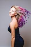Покрашенный стиль причёсок Портрет усмехаясь женщин с волосами летания Ombre градиент стоковые изображения rf