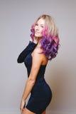 Покрашенный стиль причёсок Портрет усмехаясь женщин с волосами летания Ombre Диаграмма градиента совершенная Стоковое Фото