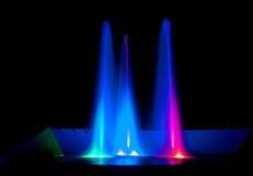 Покрашенный фонтан воды на ноче стоковое фото rf