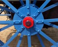 Покрашенный эпицентр деятельности колеса старого трактора Стоковое фото RF
