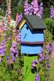покрашенный birdhouse стоковое изображение rf