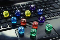 Покрашенный dices на клавиатуре - на линии играя в азартные игры концепции Стоковые Изображения RF