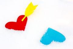 2 покрашенных бумагой формы сердца в снеге Стоковое Фото