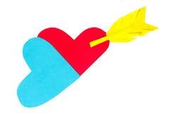 2 покрашенных бумагой формы сердца с стрелкой Стоковая Фотография