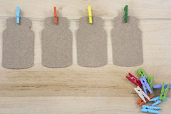 4 покрашенных зажимки для белья на веревочке с примечаниями Стоковые Изображения RF