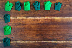 2 покрашенных зеленых цветка над деревянной предпосылкой Стоковая Фотография RF