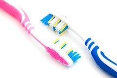 2 покрашенных зубной щетки на белизне Стоковое Изображение RF
