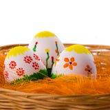 3 покрашенных красочных пасхального яйца в корзине Стоковое Изображение RF
