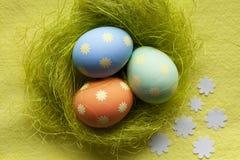 3 покрашенных пасхального яйца в гнезде Стоковые Фотографии RF