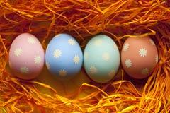 4 покрашенных пасхального яйца в гнезде Стоковая Фотография RF