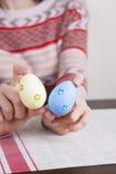 2 покрашенных пасхального яйца в женских руках Стоковое Изображение RF