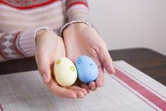 2 покрашенных пасхального яйца в женских руках Стоковое Фото