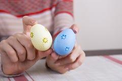 2 покрашенных пасхального яйца в женских руках Стоковые Изображения