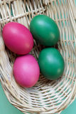 4 покрашенных пасхального яйца в корзине Стоковая Фотография
