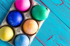 6 покрашенных покрашенных пасхальных яя с космосом экземпляра Стоковое фото RF