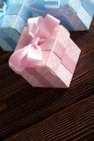 3 покрашенных подарочной коробки на деревянной предпосылке Стоковое Фото
