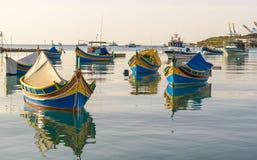 3 покрашенных рыбацкой лодки, Мальта Стоковая Фотография