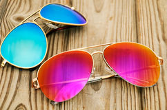 2 покрашенных солнечного очк на деревянной предпосылке Стоковое Изображение RF