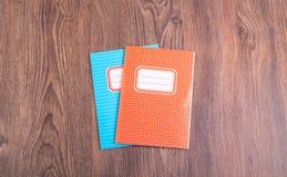 2 покрашенных ученической книги на деревянном столе Стоковое Изображение RF