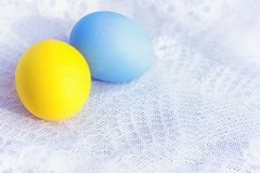 2 покрашенных яичка на шнурке Стоковое Фото