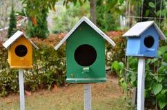3 покрашенных birdhouses Стоковое Изображение