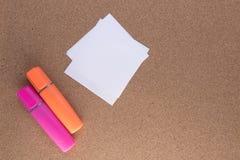 2 покрашенных highlighters с бумагой Стоковое Фото