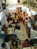 Покровители наслаждаются едой Udupi на Мадрасе Café - иконической закусочной кухни Мумбая Udupi в Мумбае стоковое фото rf