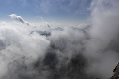 Покройте верхнюю часть горы в море облаков, стране чудес huangshan в Китае стоковые изображения