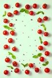 Покройте вниз красивого томата вишни рамки, сухих перцев и зеленого цвета Стоковая Фотография