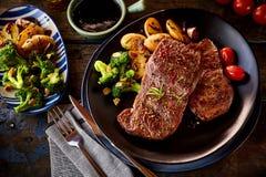 Покройте вниз с взгляда на частях стейка с овощами Стоковое Фото