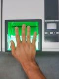 Покройте вниз с взгляда от человека используя блок развертки отпечатка пальцев для идентификации Концепции биометрии или cybersec стоковое изображение rf