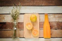 Покройте вниз с угла бутылки апельсинового сока Стоковые Фото