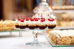 Покройте вполне пирожных с сливк и вишней на верхней части Стоковое Изображение RF