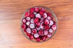 Покройте замороженные красные сладостные зрелые вишни на деревянной предпосылке Сбор ягод на зима Стоковые Фотографии RF