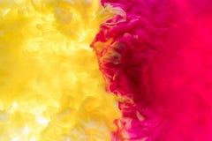 покройте краской воду Выплеск розовой и черной краски абстрактная предпосылка стоковые изображения