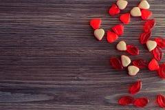 Покройте над надземным фото взгляда абстрактных красивых сияющих красочных вкусных yummy красных и белых конфет студня в форме се Стоковая Фотография RF