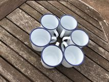 Покройте эмалью покрытый модель-макет кружек чашек олова стоковое фото