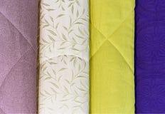 Покрывала в других цветах Предпосылка от ткани других цветов стоковая фотография rf