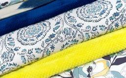 Покрывала в других цветах Предпосылка от ткани других цветов стоковые изображения rf